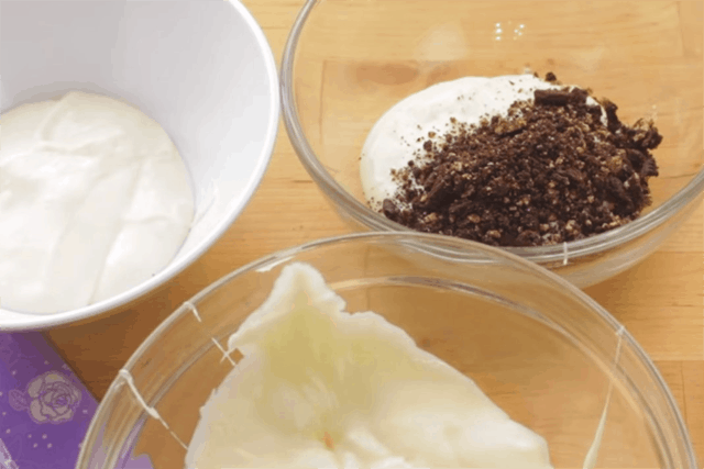 cream cheese mixture and crushed cookies