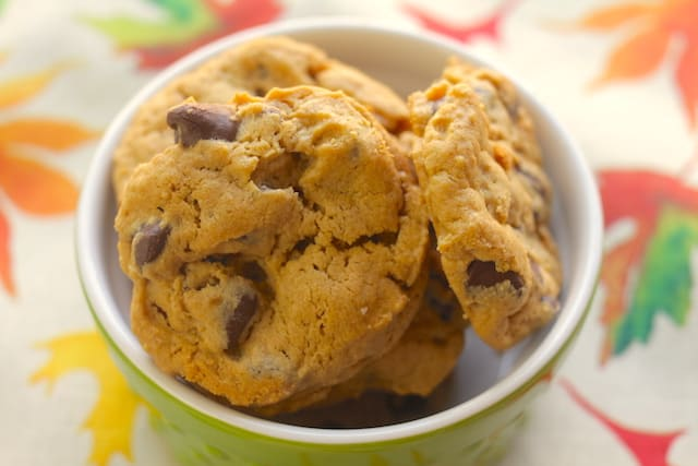 delicious flourless peanut butter cookies in a green bowl