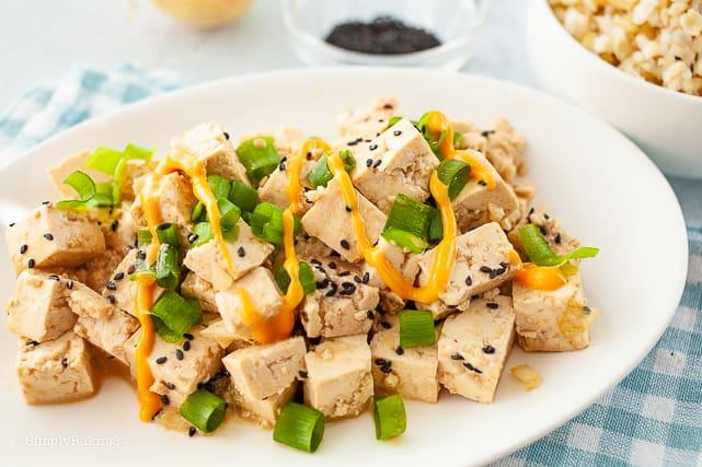 tofu poke in a white plate with sriracha mayo