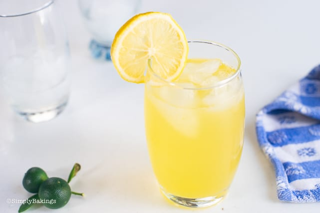 Calamansi juice in a glass with lemon slice